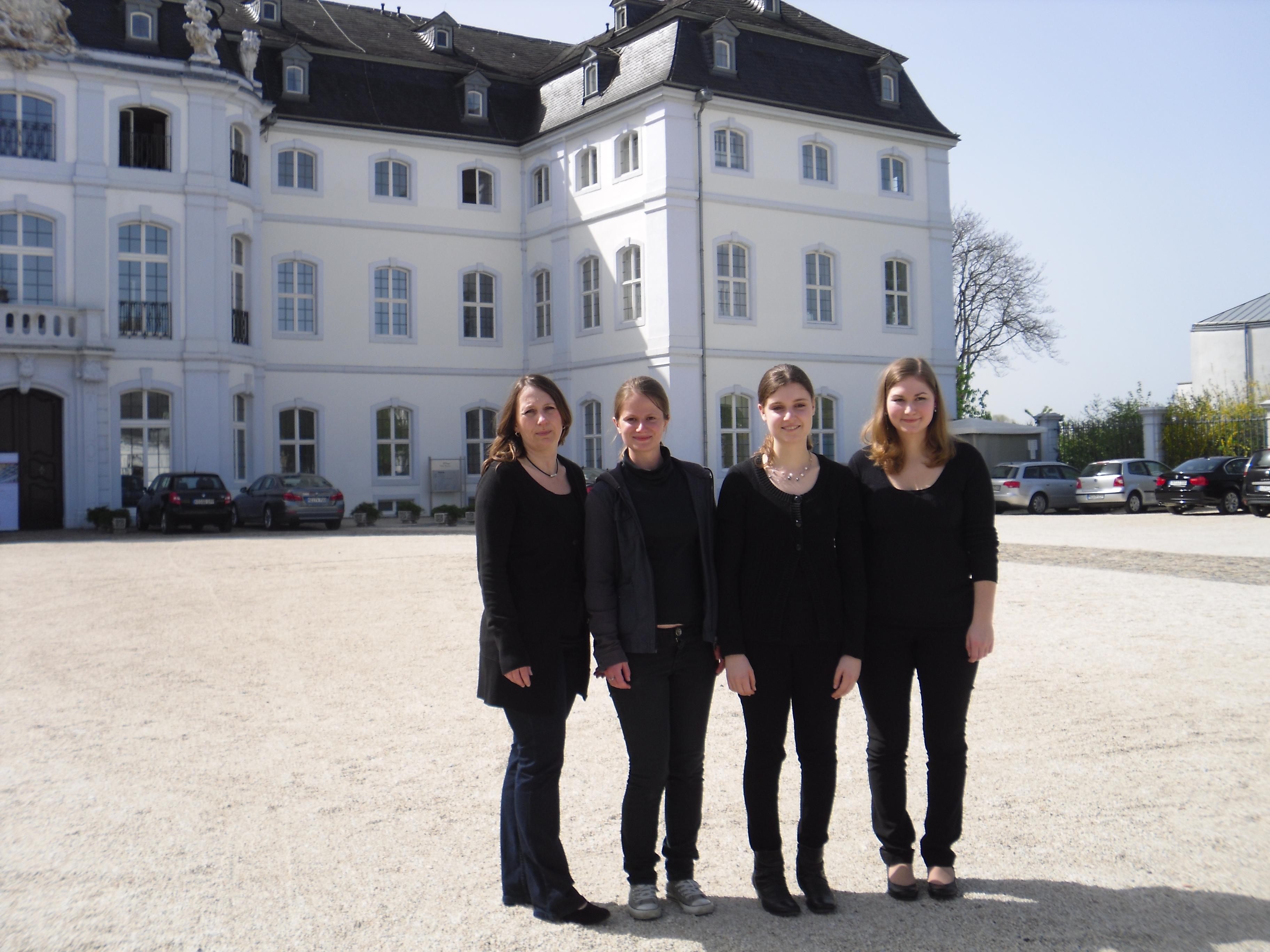 Leonie Kusserow, Eva Pischel, Melissa Halm mit E.Limbach vor der Landesmusikakademie Schloss Engers