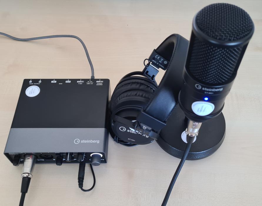 Audio-Interface UR22C mit Mikrofon-Tischstativ